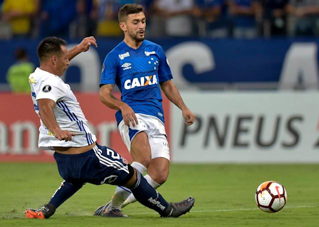 Soccer Football - Brazil's Cruzeiro v Chile's Universidad de Chile - Copa Libertadores - Mineirao stadium, Belo Horizonte, Brazil - April 26, 2018. Giorgian de Arrascaeta of Cruzeiro and Christian Vilches of Universidad de Chile in action. REUTERS/Washington Alves