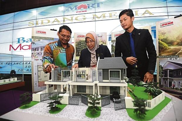 Norita Mohd Sidek (centre) with a model of the Bayu Malawati project at Laman PKNS in Shah Alam yesterday. The project will be launched this weekend. — Picture by Mukhriz Hazim