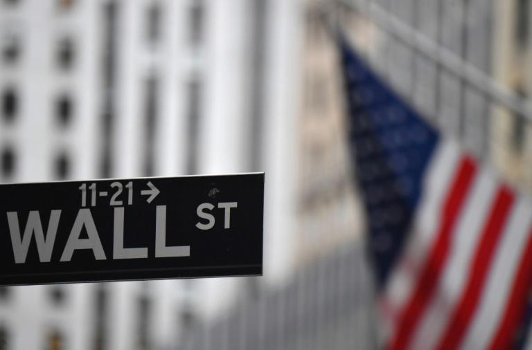 Un drapeau flotte devant le New York Stock Exchange (NYSE) à Wall Street (New York), le 31 août 2020
