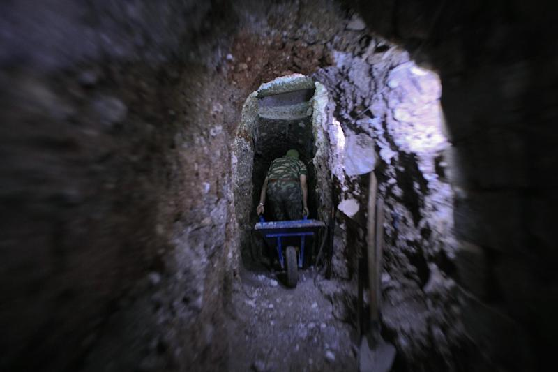 A member of the Islamist rebel group Al-Nusra Front as the group allegedly digs a tunnel under a military site of the Syrian government forces in Aleppo on July 17, 2014 (AFP Photo/Ahmed Deeb)