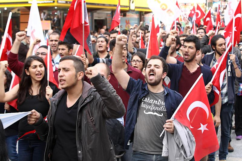 Several hundreds members of the Youth Union of Turkey (TGB), a group marked by vehement anti-Americanism, on October 11, 2014 in Ankara (AFP Photo/Adem Altan)