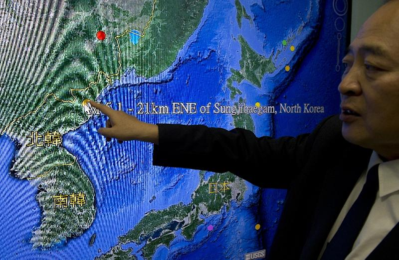 Kuo Kai-wen, director of Taiwan's Seismology Center, points out on a monitor of North Korea's first hydrogen bomb test site, in Taipei on January 6, 2016 (AFP Photo/Sam Yeh)