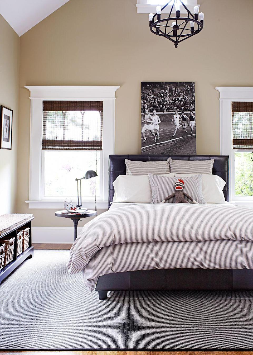 <p>Find one black-and-white photo that holds special meaning for you and let it be your bedroom's finishing touch. </p>