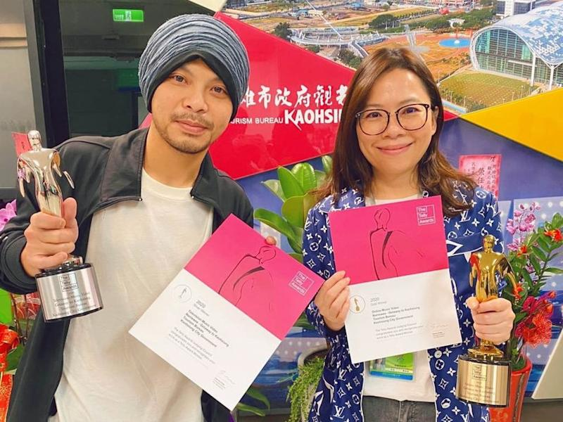 Namewee delivering the Telly Awards trophies to the Tourism Bureau of Kaohsiung City Government.