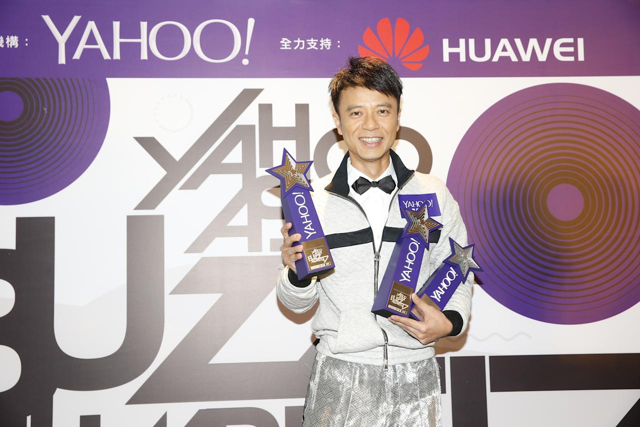<p>Hacken Lee with his awards for Top Searched Song of the Year, Top Buzz Local Male Singer and Top Buzz HK Male Artist at the Yahoo Asia Buzz Awards 2017 in Hong Kong on Wednesday (6 December).</p>