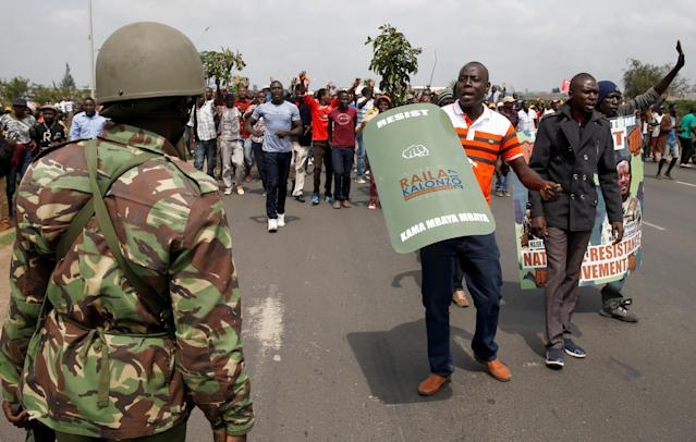<p>Riot police officers control supporters of Kenyan opposition leader Raila Odinga of the National Super Alliance (NASA) coalition from accessing the Jomo Kenyatta airport upon his return in Nairobi, Kenya, Nov. 17, 2017. (Photo: Baz Ratner/Reuters) </p>
