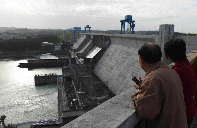 Visitors stand on top of the Danjiangkou dam at Danjiankou in China's central Hubei province, November 2, 2014 (AFP Photo/Greg Baker)