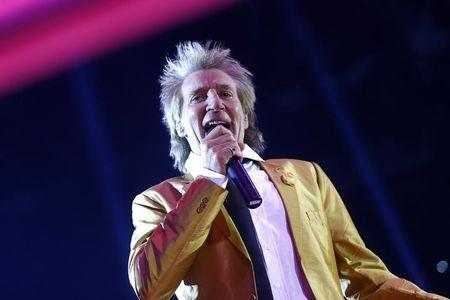Singer Rod Stewart in the ring before the fight. Reuters / Kai Pfaffenbach Livepic