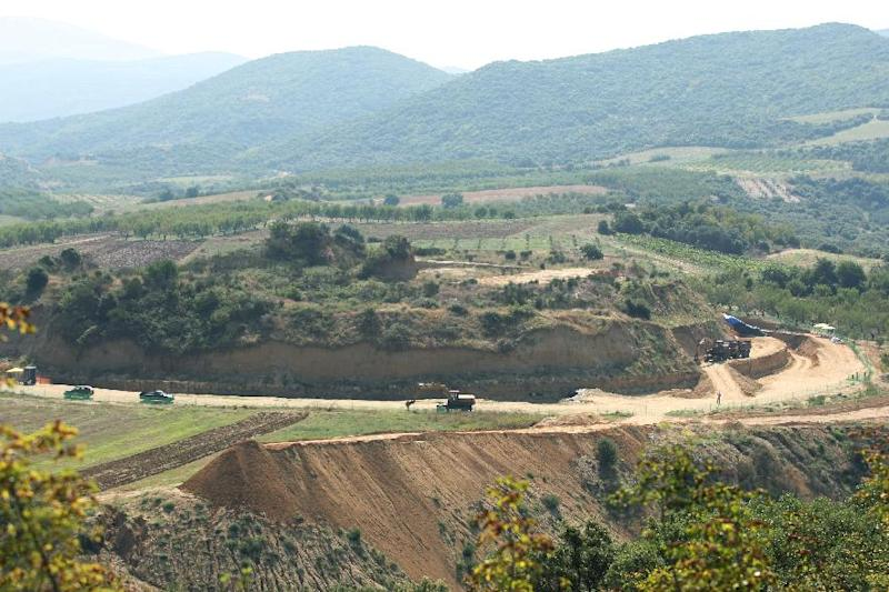 A view of the site where archaeologists have unearthed a funeral mound dating from the time of Alexander the Great, in Amphipolis, Northern Greece, August 16, 2014 (AFP Photo/Sakis Mitrolidis)