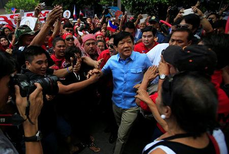 """Former senator Ferdinand """"Bongbong"""" Marcos Jr and son of late former dictator Ferdinand Marcos is greeted by his supporters upon his arrival at the Supreme Court in metro Manila, Philippines April 17, 2017. REUTERS/Romeo Ranoco"""