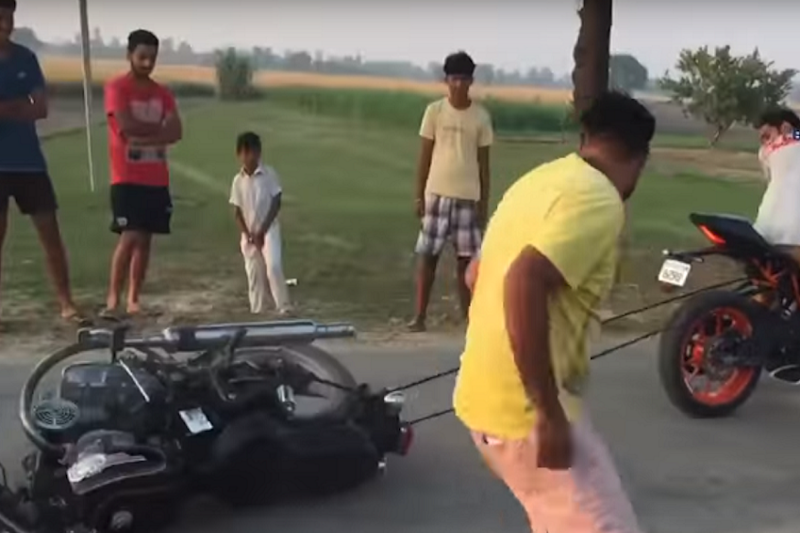 KTM RC390 Takes on Royal Enfield Standard 350 in a Tug-of-War