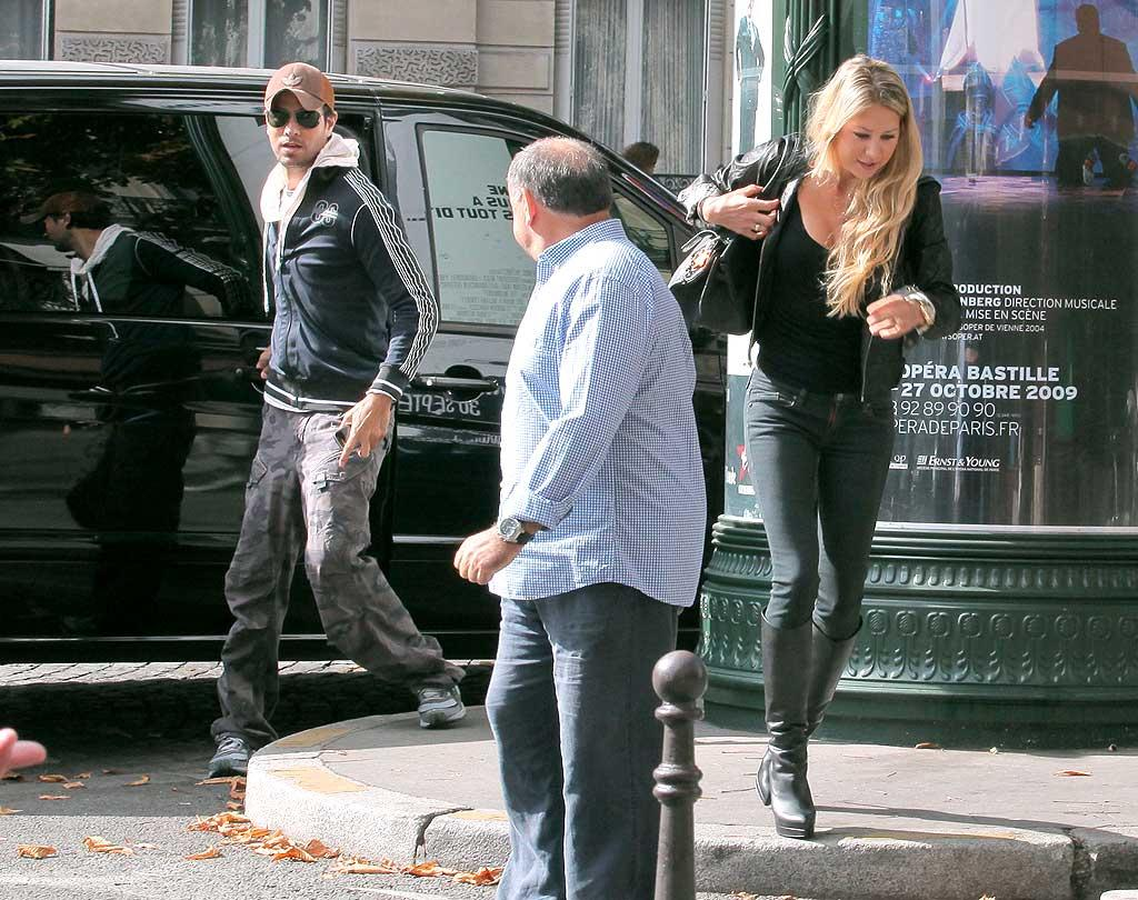 "Enrique heads to their chauffeured car while Anna makes a mad dash to one last boutique before it closes. A/<a href=""http://www.x17online.com"" target=""new"">X17 Online</a> - September 24, 2009"