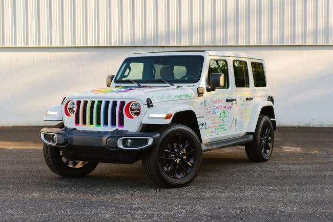 A specially wrapped 2021 Jeep Wrangler 4xe will serve as the Field Marshal's vehicle for the Motor City Pride Parade.  All Jeep vehicles on the parade will have specially designed rainbow grille inserts, with one of the 4x Jeep Wranglers wrapped in messages of hope, acceptance and encouragement from Stellantis employees and fans and followers. social networks of the Jeep brand.