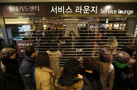 Customers wait in a line to apply for their credit cards to be reissued at Lotte Card's main office in Seoul January 21, 2014. REUTERS/Kim Hong-Ji
