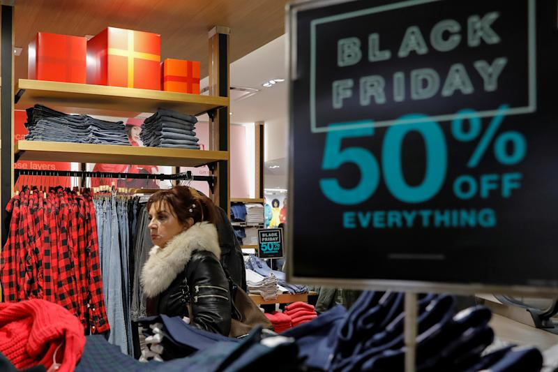 Holiday shoppers take part in early Black Friday shopping deals at the Gap Store on Thanksgiving Holiday in Times Square in New York, US, November 28, 2019.  REUTERS / Brendan McDermid