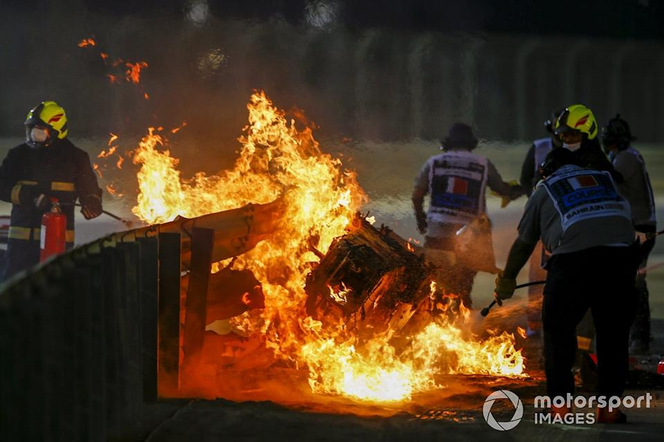 """Fire marshals deal with the flames after a huge crash for Romain Grosjean, Haas VF-20, on the opening lap<span class=""""copyright"""">Andy Hone / Motorsport Images</span>"""