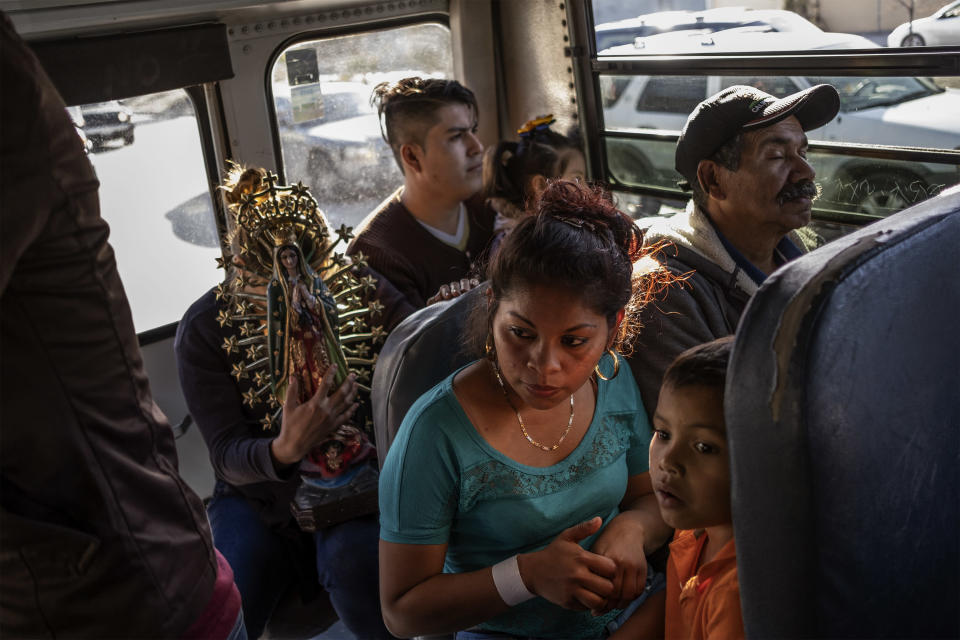 Dariela (24) and her son going by bus to the bank to receive money by her mother from Honduras, December 2, 2018. (Photo: Fabio Bucciarelli for Yahoo News)