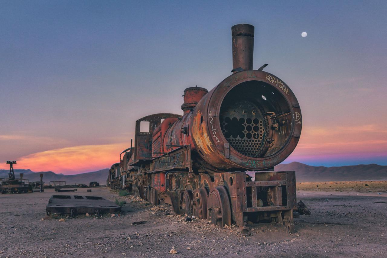 <p>A steam locomotive turns a reddish brown as dust coats its exterior. (Chris Staring/@skaremedia/REX/Shutterstock)</p>