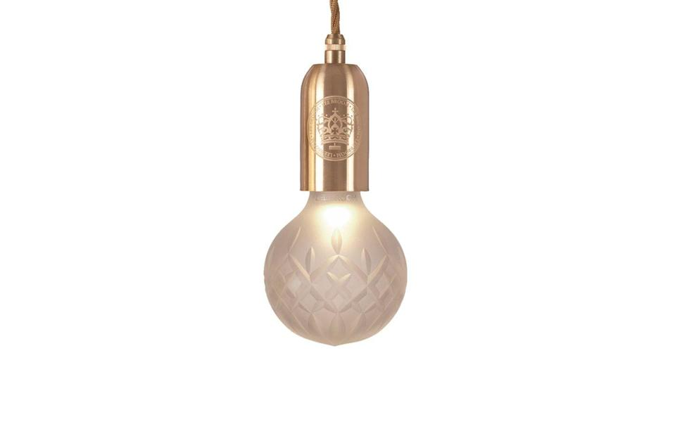 <p>Luce in cristallo intagliato Crystal Bulb, di <strong>Lee Broom</strong>.</p>