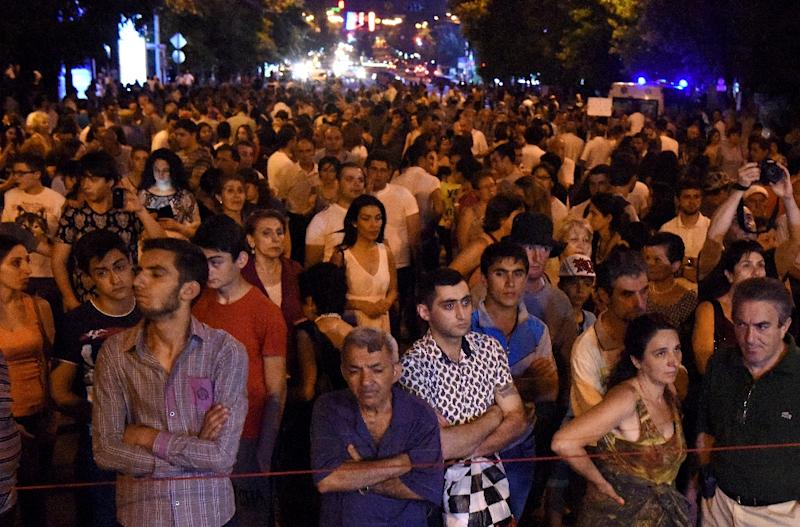 Armenian demonstrators block a street during a protest against an increase of electricity prices in Yerevan on July 2, 2015 (AFP Photo/Karen Minasyan)