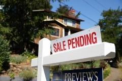 Pending homes plunge, surprising economists