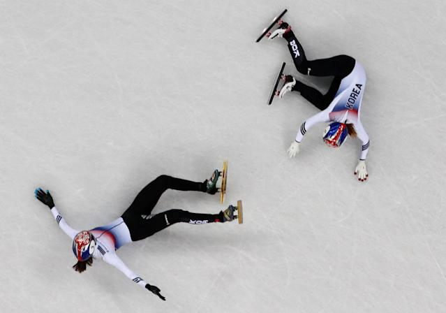 Short Track Speed Skating Events - Pyeongchang 2018 Winter Olympics - Women's 1000m Final - Gangneung Ice Arena - Gangneung, South Korea - February 22, 2018 - Choi Min-jeong of South Korea and Shim Suk-hee of South Korea crash. REUTERS/John Sibley TPX IMAGES OF THE DAY
