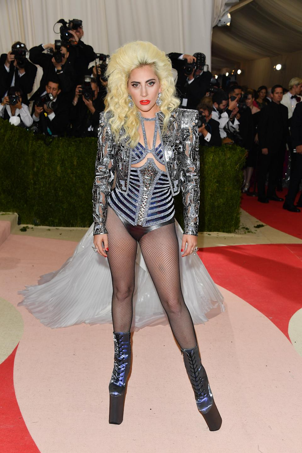 'Manus x Machina: Fashion in an Age of Technology' fue la temática de la gala de 2016, donde Lady Gaga apareció con un <em>outfit</em> tan futurista como rompedor de Versace. (Foto: George Pimentel / Getty Images)