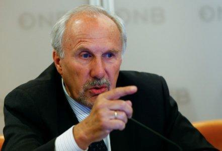 FILE PHOTO: European Central Bank (ECB) Governing Council member and OeNB governor Ewald Nowotny addresses a news conference in Vienna, Austria, June 9, 2017. REUTERS/Leonhard Foeger
