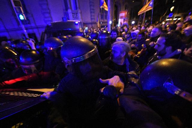 Demonstrators scuffle with riot police in Barcelona during a protest called by supporters of Catalan independence (AFP Photo/LLUIS GENE)