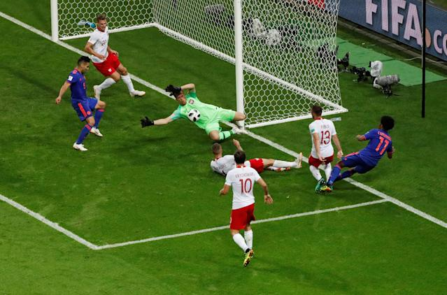 Soccer Football - World Cup - Group H - Poland vs Colombia - Kazan Arena, Kazan, Russia - June 24, 2018 Colombia's Juan Cuadrado has a cross blocked by Poland's Jacek Goralski and Wojciech Szczesny REUTERS/Jorge Silva