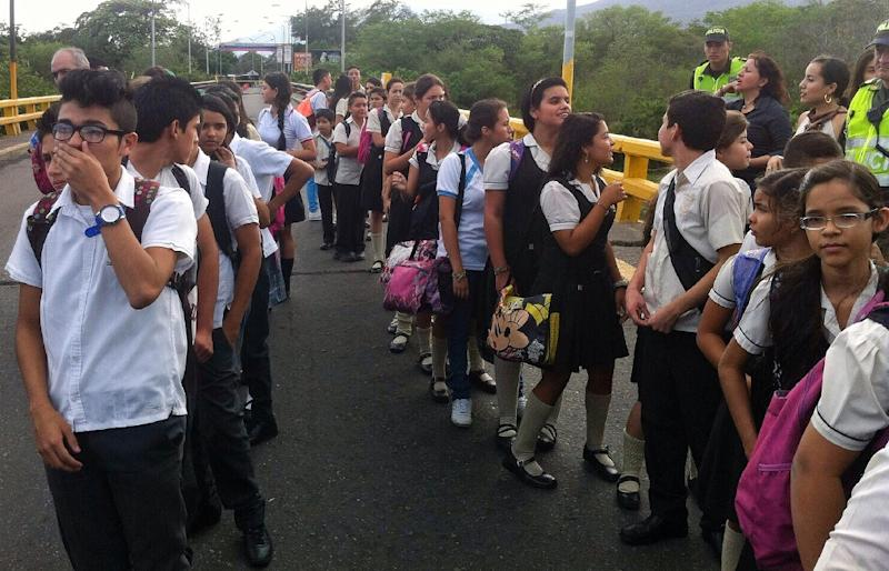 Students that live in Venezuela and study in Colombia are shown crossing the Simon Bolivar bridge , in Cucuta, north of Santander Department on September 4, 2015 (AFP Photo/PRESIDENCIA)