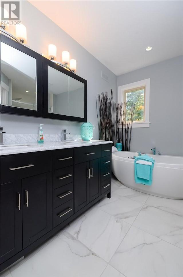 <p><span>57 Clear View Rd., Grand Barachois, N.B.</span><br> The master ensuite has a luxurious soaker tub. The home has four-and-a-half bathrooms.<br> (Photo: Zoocasa) </p>