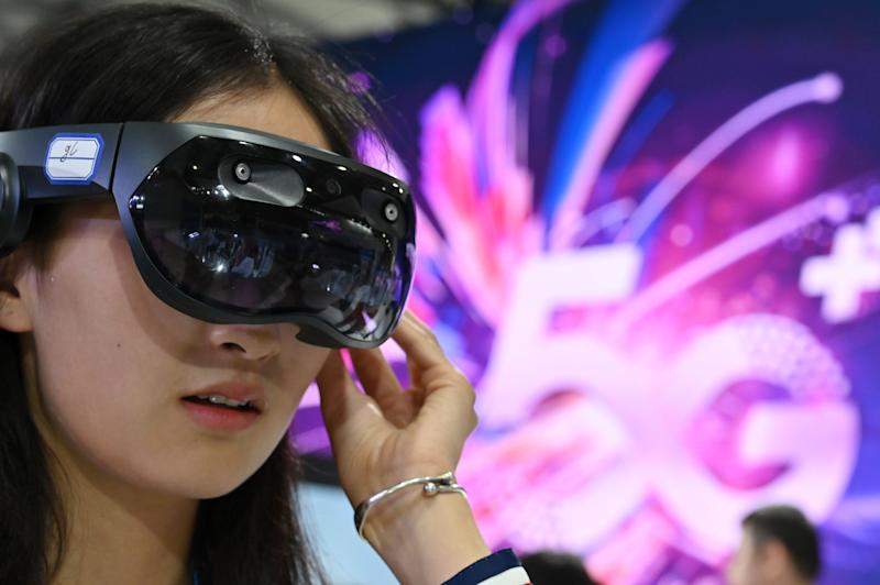 A woman tries out a Huawei augmented reality headset during the Mobile World Congress (MWC 2019) introducing next-generation technology at the Shanghai New International Expo Centre (SNIEC) in Shanghai on June 27, 2019. Photo: HECTOR RETAMAL/AFP/Getty Images