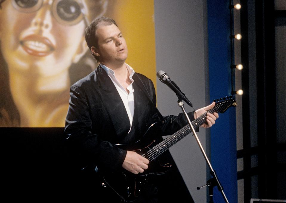 Christopher Cross (pictured in 1986) says he struggled to play guitar after experiencing paralysis as he battled COVID-19. (Photo: Fryderyk Gabowicz/picture alliance via Getty Images)