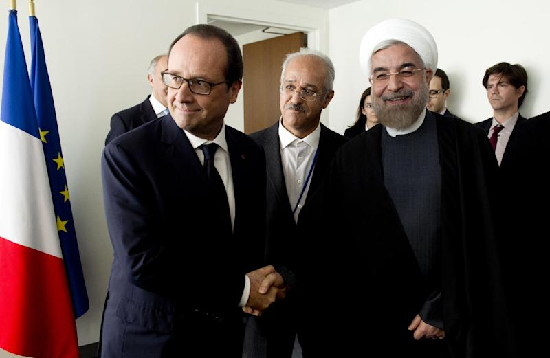 French President Francois Hollande (L) meets with Iranian President Hassan Rouhani (R) on the sidelines of the 69th United Nations General Assembly on September 23, 2014 in New York (AFP Photo/Alain Jocard)