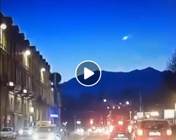 Un 'bolide' in cielo, il video della 'superstella cadente'