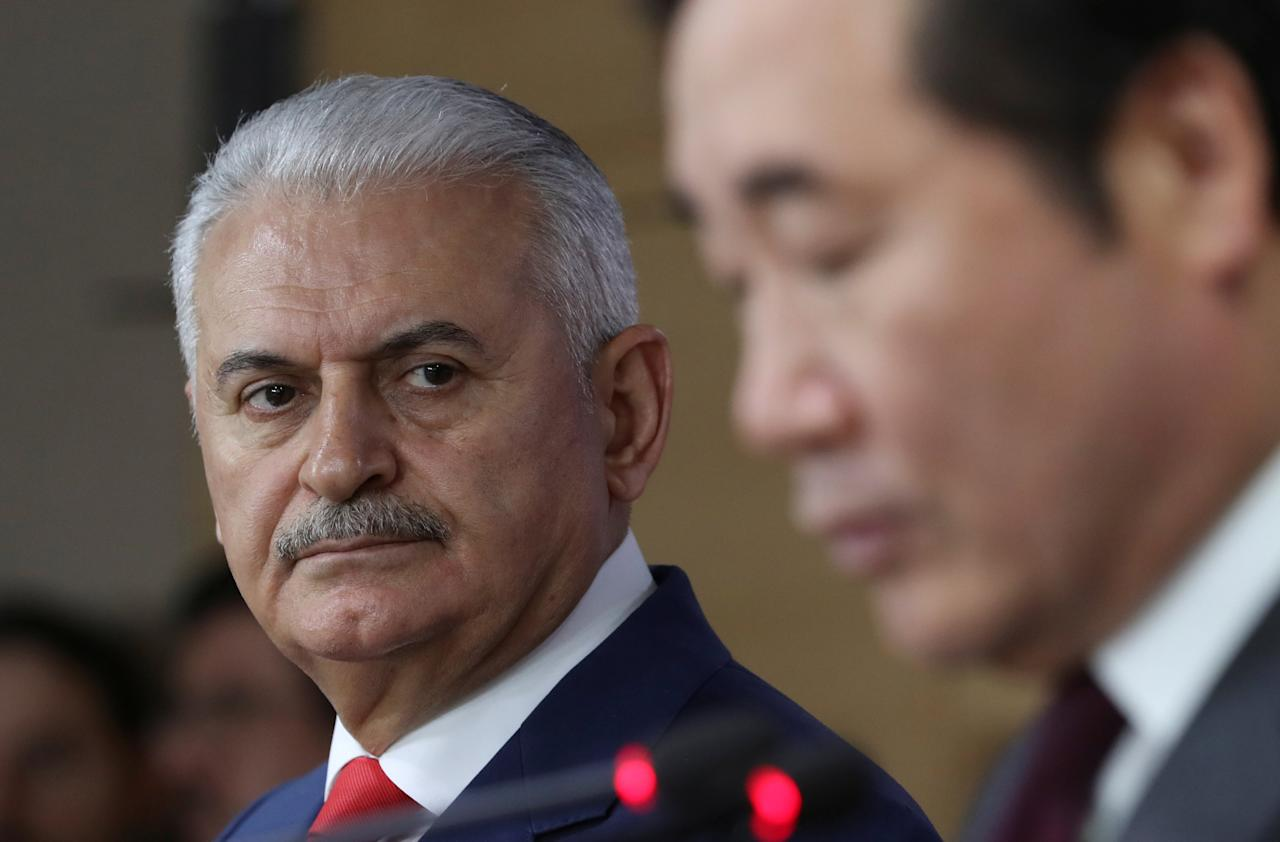 Turkey's Prime Minister Binali Yildirim (L) and South Korean Prime Minister Lee Nak-yon address a press conference following a meeting at the government complex in Seoul, South Korea, Wednesday, December 6, 2017. REUTERS/Lee Jin-man/Pool