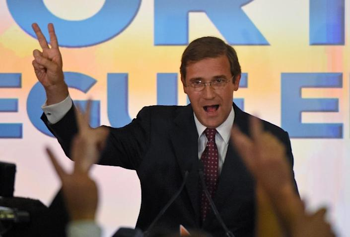 Social Democratic Party leader and Prime Minister Pedro Passos Coelho celebrates with supporters in Lisbon after winning the general elections on October 4, 2015 (AFP Photo/Francisco Leong)