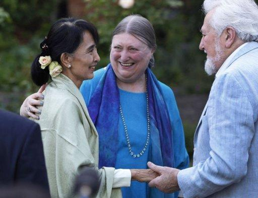 Myanmar democracy icon Aung San Suu Kyi (L) meets with old friends at Oxford