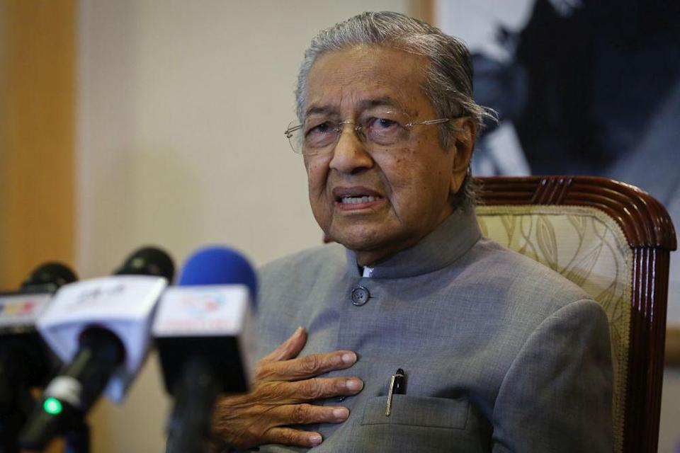 Tun Dr Mahathir Mohamad says Anwar may not have what it takes to save Malaysia from economic woes. ― Picture by Yusof Mat Isa