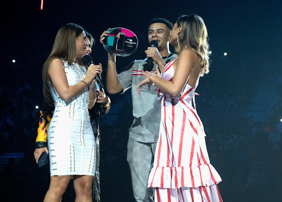 LONDON, ENGLAND - OCTOBER 21: (L-R) Dani Dyer, Megan Baron Hanson, Wes Nelson and Kazimir Crossley of Love Island win an award at the BBC Radio 1 Teen Awards on October 21, 2018 in London, United Kingdom. (Photo by Jo Hale/Redferns)
