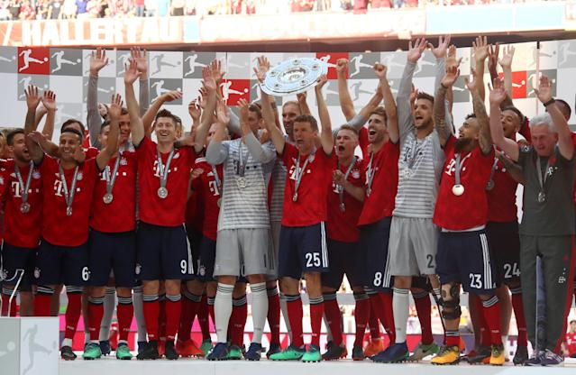Soccer Football - Bundesliga - Bayern Munich v VfB Stuttgart - Allianz Arena, Munich, Germany - May 12, 2018 Bayern Munich's Thomas Mueller and team mates celebrate winning the Bundesliga with the trophy REUTERS/Michael Dalder DFL RULES TO LIMIT THE ONLINE USAGE DURING MATCH TIME TO 15 PICTURES PER GAME. IMAGE SEQUENCES TO SIMULATE VIDEO IS NOT ALLOWED AT ANY TIME. FOR FURTHER QUERIES PLEASE CONTACT DFL DIRECTLY AT + 49 69 650050