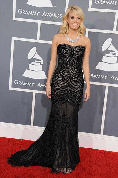 Carrie Underwood goes black with hints of silver by Roberto Cavalli on the red carpet. She dresses her neck with a diamond bling.