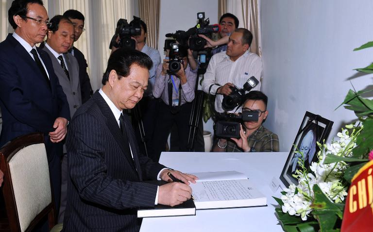 Vietnam's Prime Minister Nguyen Tan Dung writes down a message of condolence for Lee Kuan Yew at the Singaporean embassy in Hanoi, on March 23, 2015