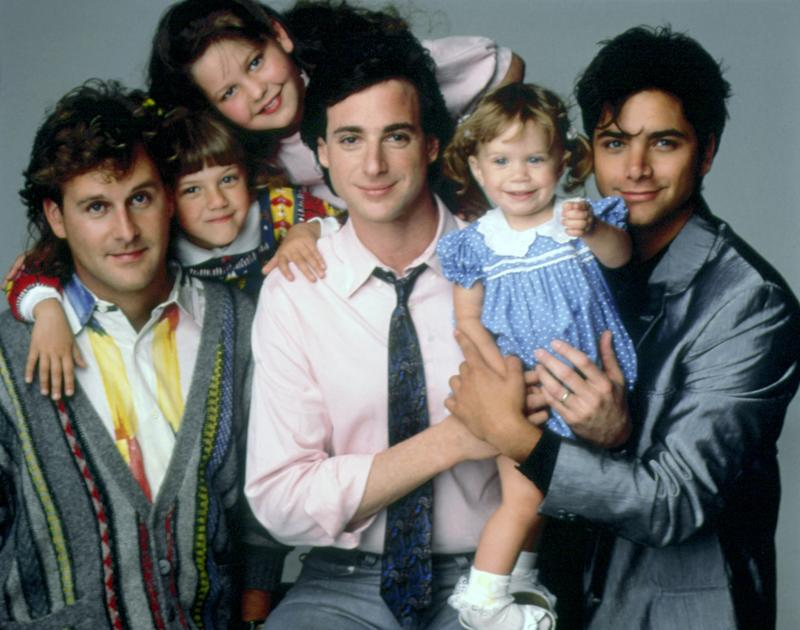 FULL HOUSE, (from left): Dave Coulier, Jodie Sweetin, Candace Cameron, Bob Saget, Ashley/Mary-Kate O ((C)Warner Bros / Courtesy Everett Collection)