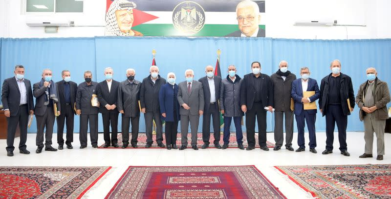 Palestinian President Mahmoud Abbas poses for a photo with Fatah's Central Committee members in Ramallah