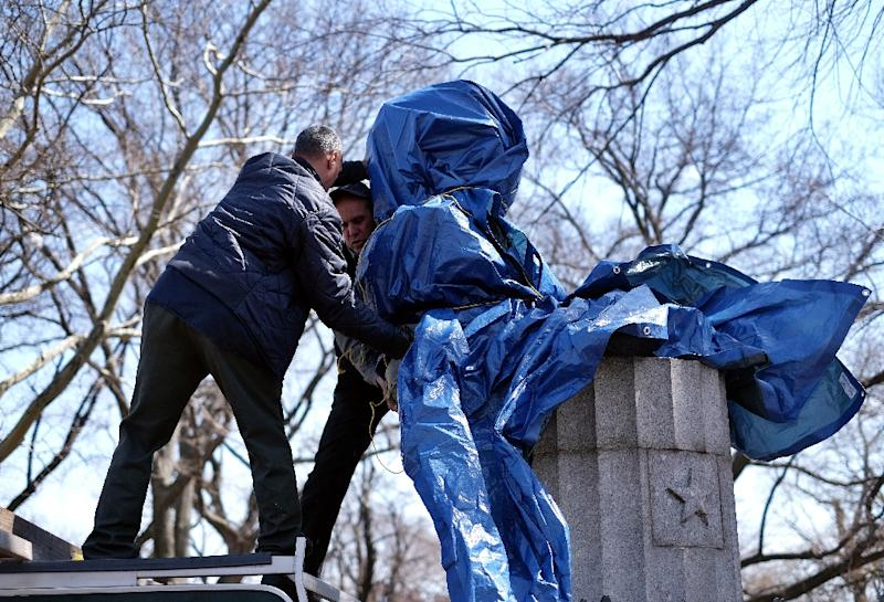 New York City Department of Parks and Recreation employees take down a statue of former National Security Agency (NSA) contractor Edward Snowden at the Fort Greene Park in Brooklyn, New York, on April 6, 2015 (AFP Photo/Jewel Samad)