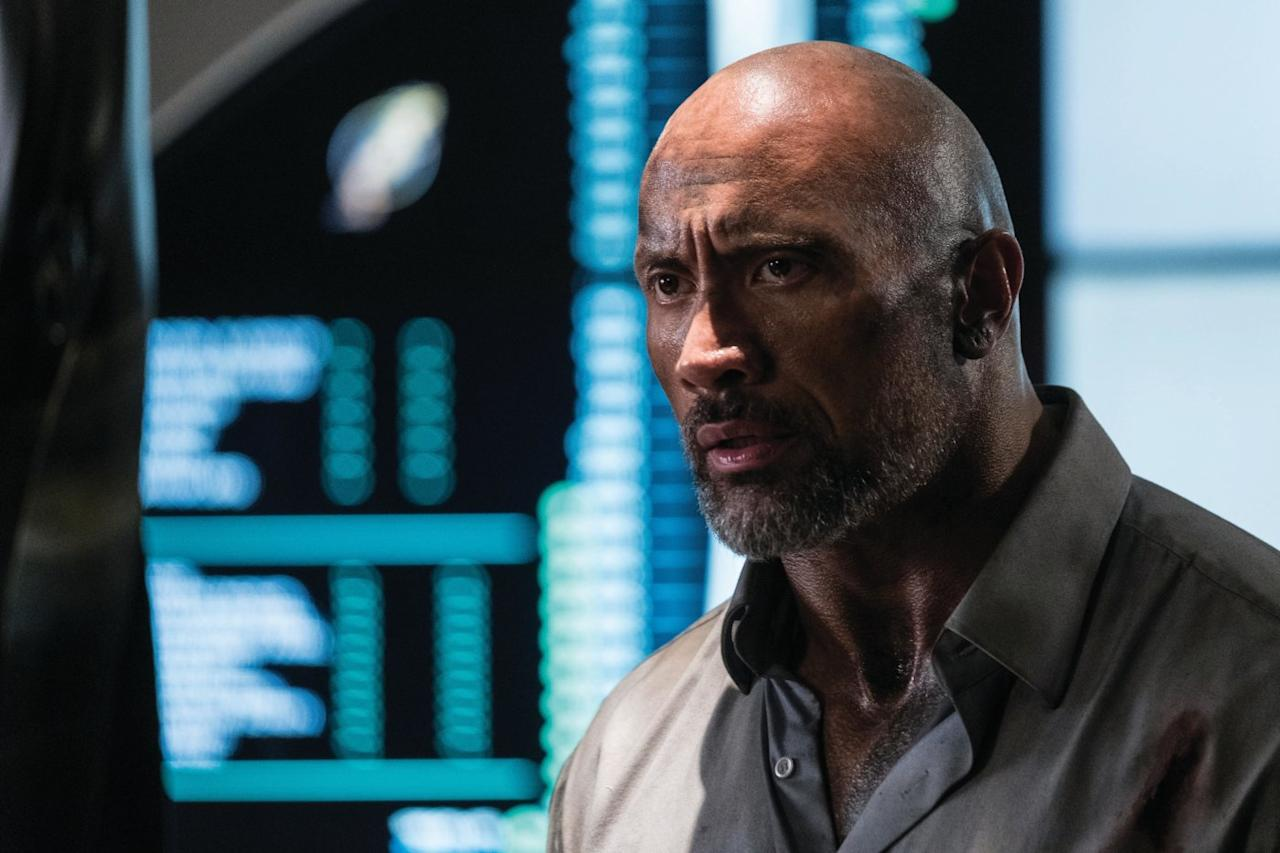 <p>Dwayne Johnson interpreta Will Sawyer, ex-fuzileiro naval que vai ao local prestar consultoria sobre segurança, mas logo se vê numa trama de traição e perigo. (Imagem: divulgação Universal) </p>