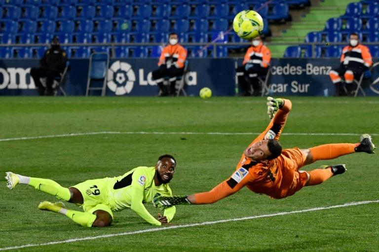 Atletico Madrid's Moussa Dembele (L) was denied by Getafe David Soria during their goalless draw on Saturday