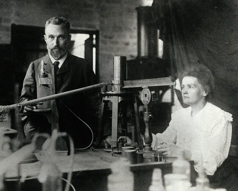 "<span class=""caption"">El matrimonio Curie.</span> <span class=""attribution""><a class=""link rapid-noclick-resp"" href=""https://en.wikipedia.org/wiki/Marie_Curie#/media/File:Pierre_and_Marie_Curie.jpg"" rel=""nofollow noopener"" target=""_blank"" data-ylk=""slk:Wikimedia Commons/Autor desconocido"">Wikimedia Commons/Autor desconocido</a>, <a class=""link rapid-noclick-resp"" href=""http://creativecommons.org/licenses/by/4.0/"" rel=""nofollow noopener"" target=""_blank"" data-ylk=""slk:CC BY"">CC BY</a></span>"